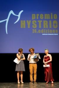 Michele Santeramo con Veronica Cruciani e Claudia Cannella, durante la premiazione (foto: Marina Siciliano).