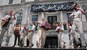 """Gli attori di """"Romeo and Juliet"""" durante la cerimonia d'apertura del Festival di Charleston."""