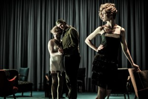 """Die Ehe der Maria Braun"", regia di Thomas Ostermeier, alla Biennale Teatro di Venezia (foto: Arno Declair)."